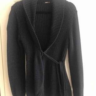 En jätte söt stickad tröja från Ginatricot. Sitter sjukt fint på kroppen och storleken kan variera beroende hur du knyter. Säljer pga att den inte kommer till användning. Nypris: 300kr och jag säljer den för 60kr + frakt och betalningen sker via swish