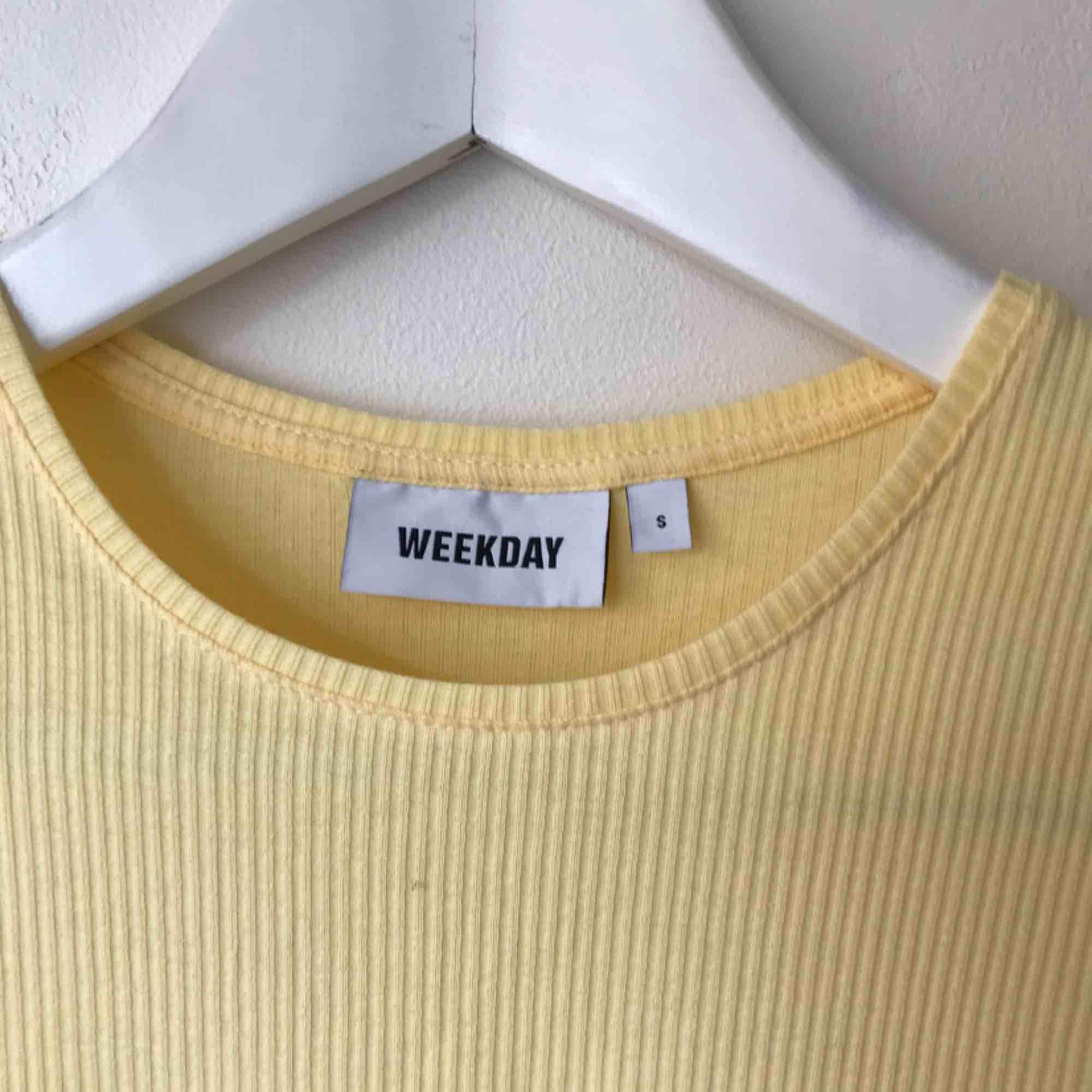 Gul T-Shirt från Weekday, aldrig använd så helt ny. Går att hämta på Södermalm annars tillkommer frakt på 50 kr. . T-shirts.