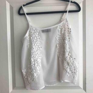 Ett spets linne från Sisters som är otroligt sött och finns mycket att matcha den till. Säljer pga den inte används. Nypris: 150kr men jag säljer för 50kr + frakt och betalningen sker via swish