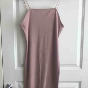 Ett super fin rosa figursydd klänning från BikBok som jag säker pga att jag inte använder den. Nypris: osäker då jag fått den men jag säljer den för 100kr + frakt och betalningen sker via swish