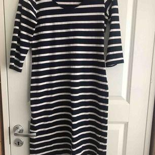 En jättesöt randig klänning från Ellos som är lite figursydd. Säljer den pga att den inte passar. Nypris: 200kr jag säljer för 60kr + frakt och betalningen sket via swish
