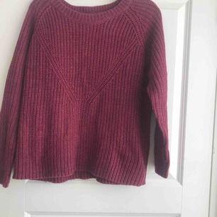 En vinröd stickad tröja från Vero Moda som är lite stor i storleken men armarna är lite korta för att vara M. Jag säljer pga att jag inte använder den. Nypris: 299kr men jag säljer för 80kr + frakt och betalningen sker via swish
