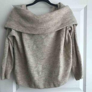 En stickad beige off shoulder tröja från H&M. Är rätt stor i storleken, skulle säga att den som en L. Är rätt använd men i bra skick ändå. Säljer pga att jag inte använder den. Nypris: 299kr och säljer den för 70kr + frakt och betalningen sker via swish
