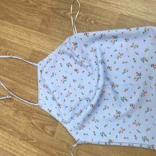 Super sött lila linne från BikBok som man knyter som runt halsen. Säljer pga att jag inte använder den. Nypris: 150kr men jag säljer för 60kr + frakt och betalningen sker via swish