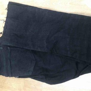 Ett par lågmidjade svarta bootcut Levis jeans som jag köpte av en annan plick användare men dom passade tyvärr inte.  Säljer dom för 250kr + frakt och betalningen sker via swish