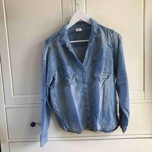 Jeansskjorta med möjlighet till kortare ärmar (till armbågen). Köparen står för frakt, kan även mötas i Helsingborg.