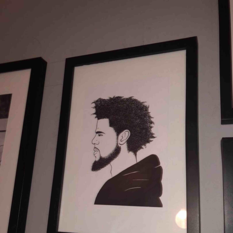Svart ram med J Cole print av en independent artist. Original pris 200. Övrigt.