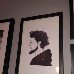 Svart ram med J Cole print av en independent artist. Original pris 200
