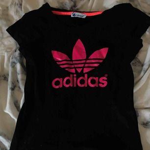 Säljer denna Adidas kortärmad tröja i neon rosa text i storlek XS Möts upp i Linköping annars står köparen för frakten Frakt 50kr