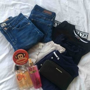 Paket som innehåller: Sensual Blush (Victoria's Secret) Två Body Mists (The Body Shop) Tre Lip Smackers (Paul Frank) Blus (Sisters, 36) Kofta (H&M, XS) Svart topp (XS) Klänning (Boohoo, 34) Jeans från H&M (27) och Gina Tricot (24) Plånbok (Björn Borg)