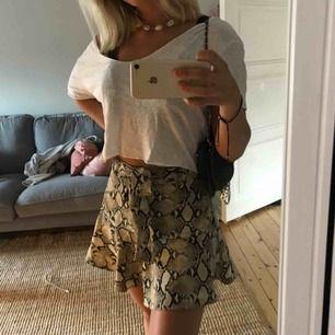 Säljer en en super söt kjol från zara med ormskinsmönster och med shorts under. Använd ett fåtal gånger.