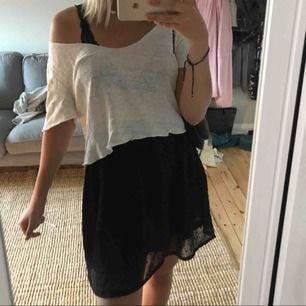 Säljer en svart kjol från h&m med små prickar på (se andra bilden). Aldrig använd så kjolen är som i nytt skick!