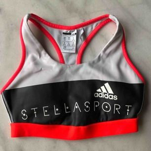 Snygg och bekväm sport-bh från Adidas by Stella McCartney. Storlek XS men skulle säga att den passar även S. Bra skick!