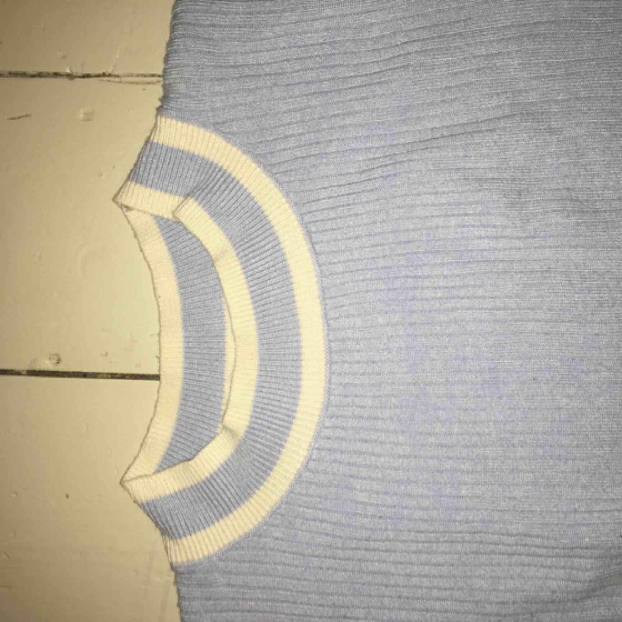 Ljusblå magtröja liten i storleken . Toppar.