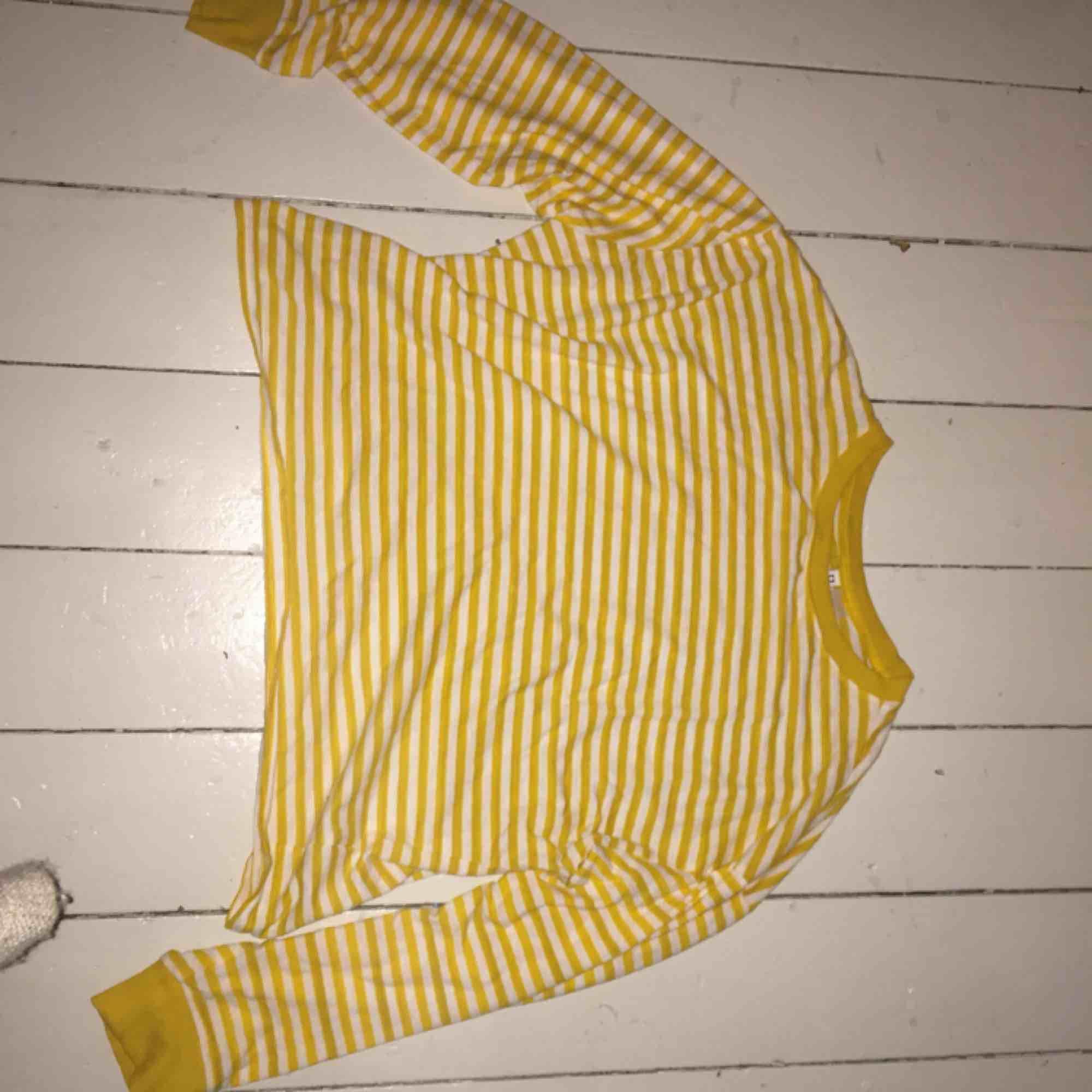 Fin tröja från HM. Liten i storleken. T-shirts.