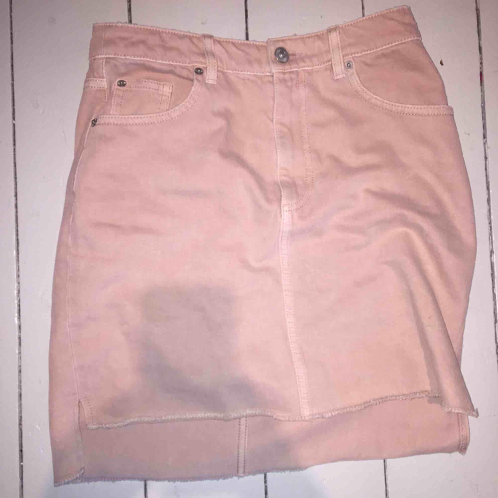 Ljusrosa jeans kjol. Kjolar.