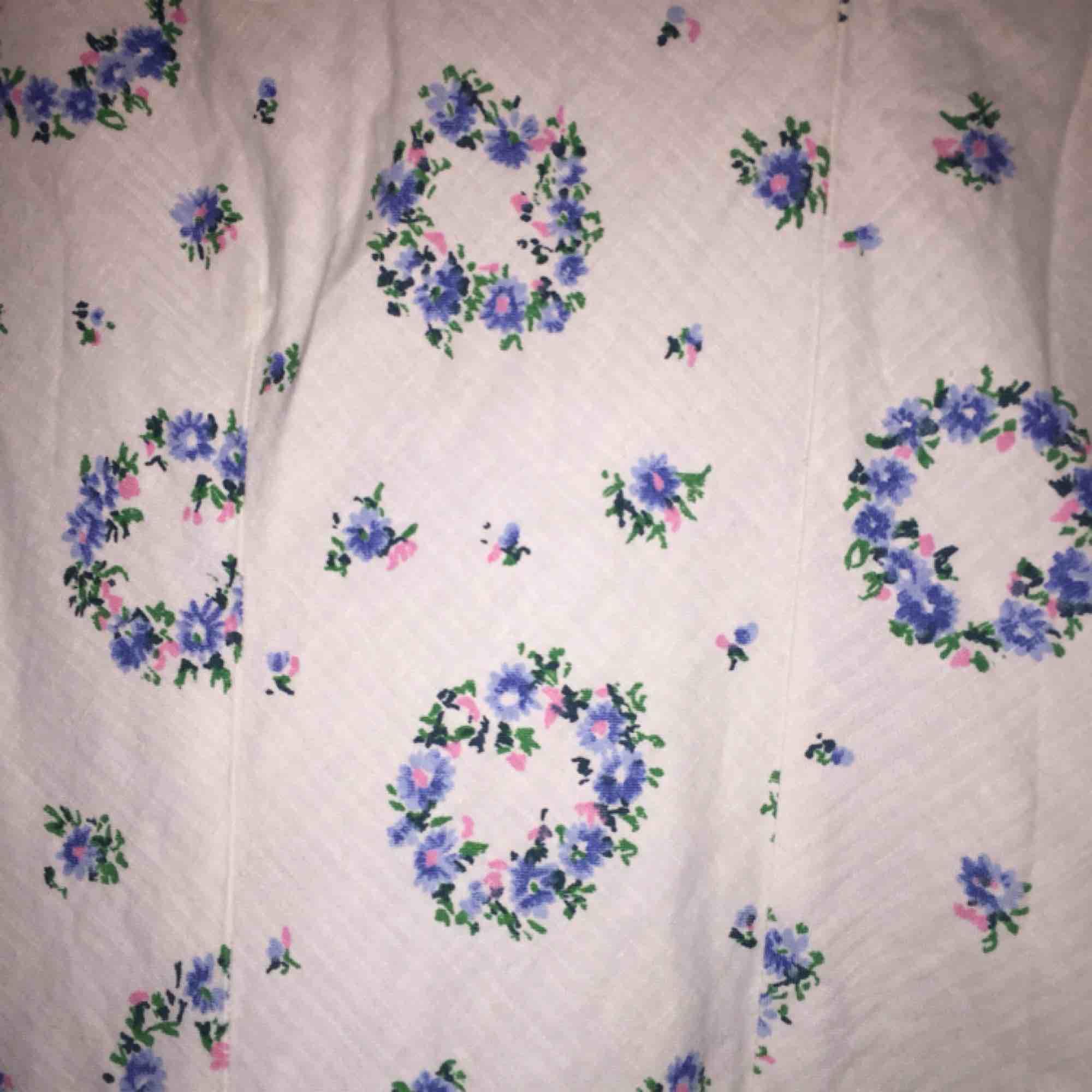 Finfin blommig sommarklänning, köpt på second hand hemsydd. Osäker på storlek. Dragkedja på sidan. Klänningar.