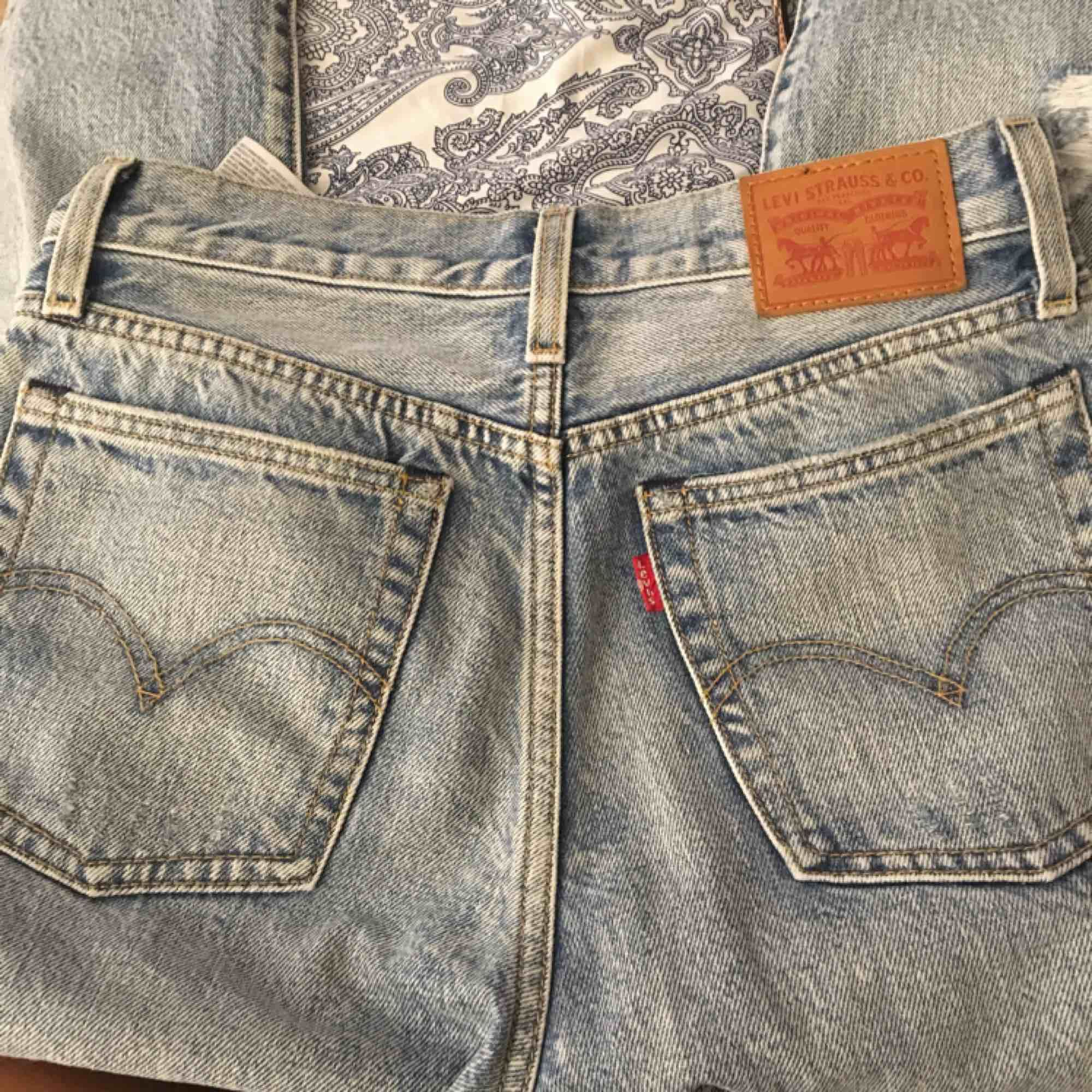 Helt nya Levis jeans till salu. I modellen 502 Storlek XS/25  (W25 L 26) Använd vid två tillfälle. Tar Swish och fraktar.. Jeans & Byxor.