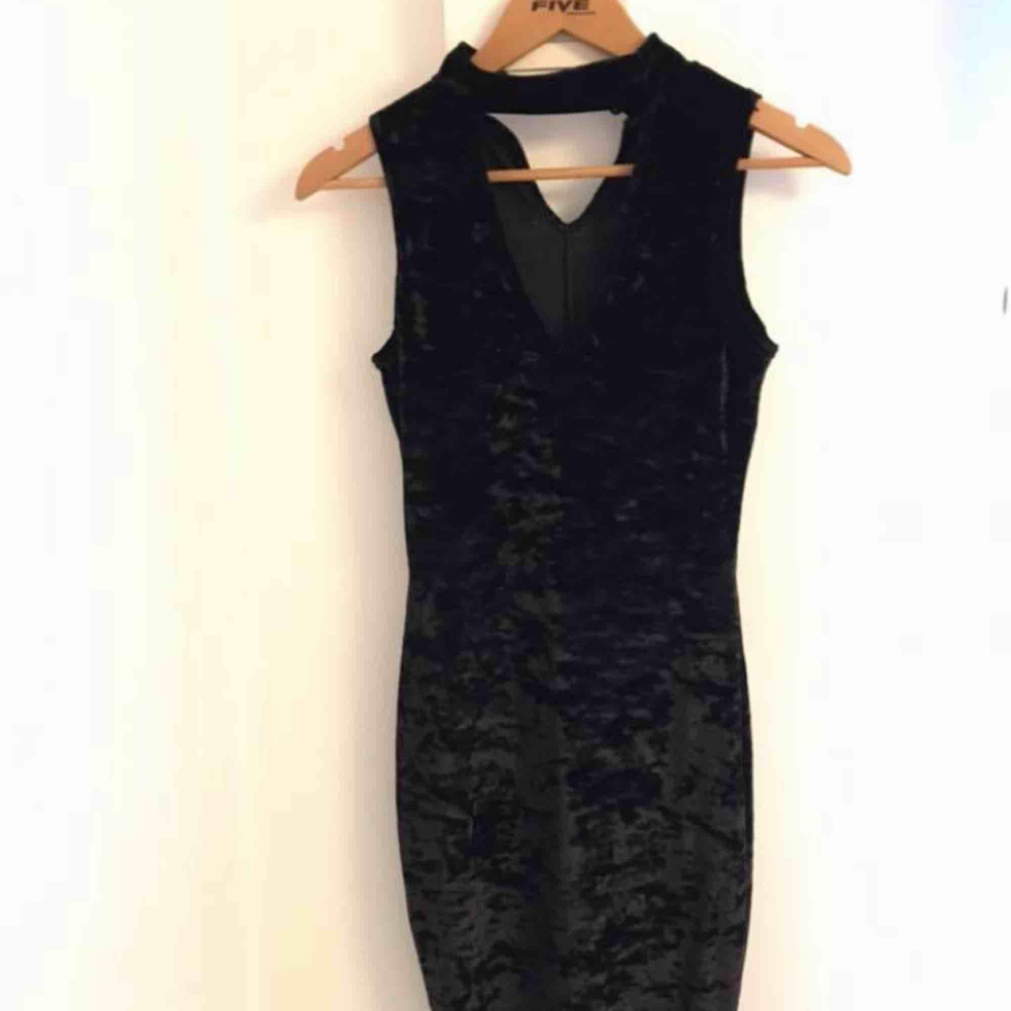 Helt ny velvet klänning med choker.  (Frakt 40kr). Klänningar.