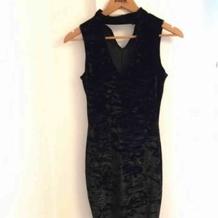 Helt ny velvet klänning med choker.  (Frakt 40kr)