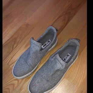 Grå slip on skor från Nelly.com. Bra skick.