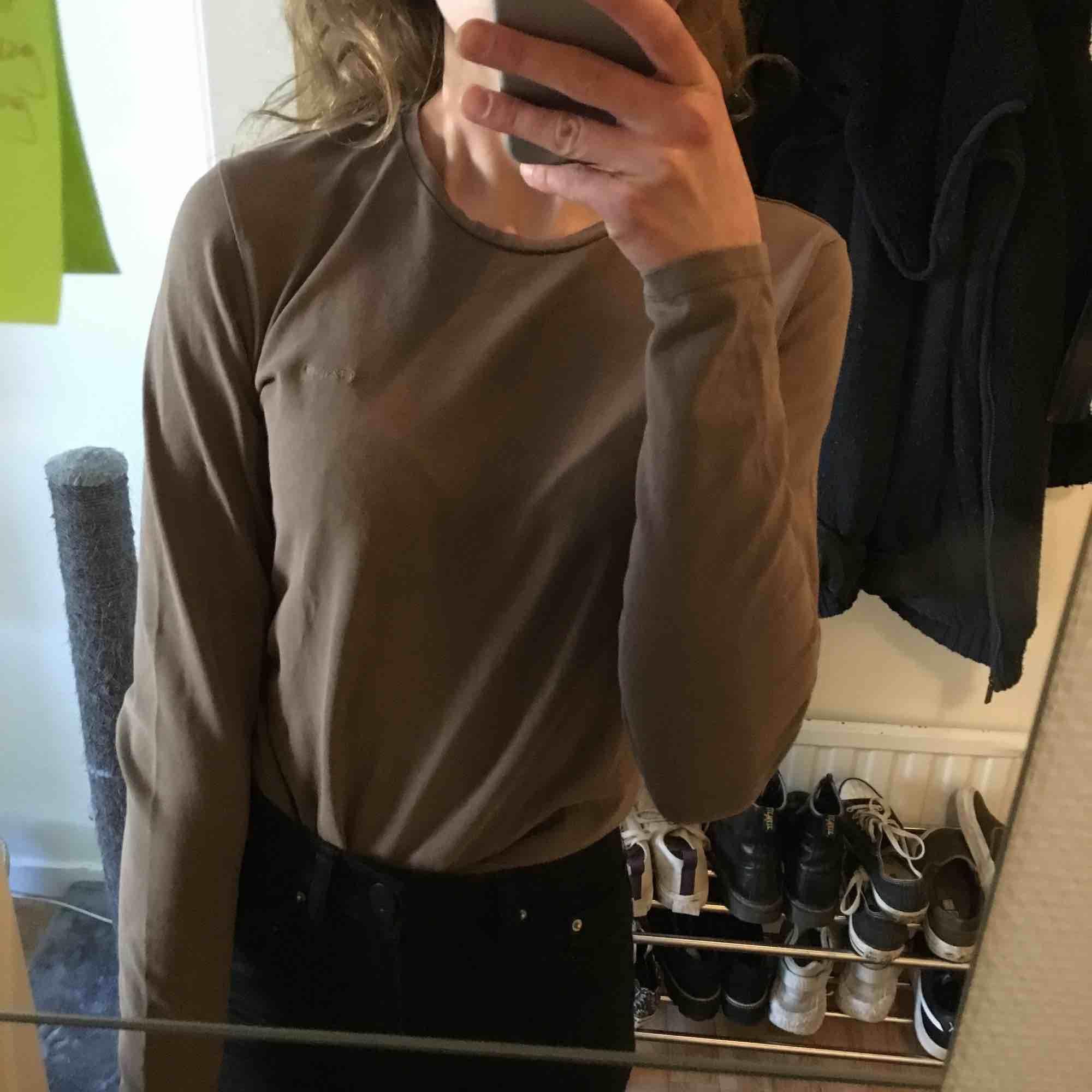 Brungrå tröja från Gant, fint skick trots att den har använts av diverse i många år och har all stretch kvar! Tyvärr för stor för mig nu för tiden... Tröjor & Koftor.