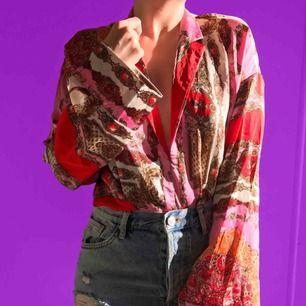 Blus med olika färger, lite Gucci inspirerad mönster.  Köparen står för frakten eller mötas upp i Göteborg 🙂