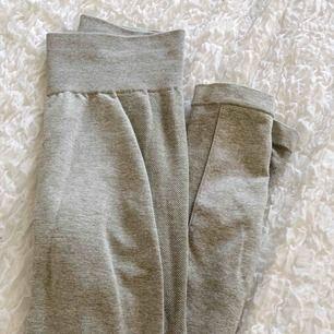 Säljer ett par tights ifrån Gymshark, använda några gånger men fortfarande i fint skick. Storlek xs. Sista bilden lånad ifrån gymshark.com