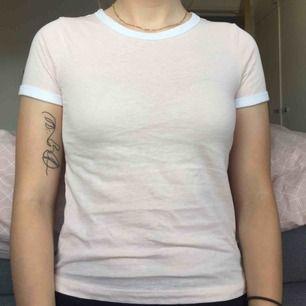 Ljusrosa T-shirt med vita kanter från H&M, använd 1 gång,