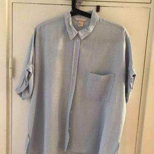 Blårandig skjorta från H&M, lite oversized i storlek 36. Köpare står för frakt