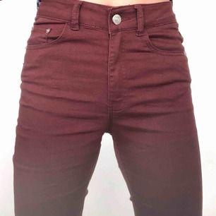Vinröda jeans från bik bok, slim fit☺️ använda ett fåtal gånger❤️Pris:160kr+frakt❣️Köp mer av mig och få rabatt❣️