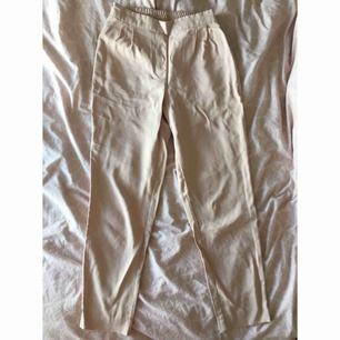 Ljusrosa/beiga kostymbyxor med fickor, aldrig använda