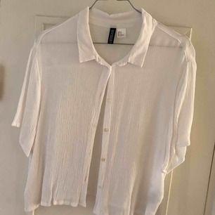 Blus från H&M, använt den som oversized. Köpare står för frakt 🌸