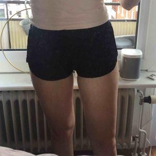 Mönstrade svarta shorts, används ett fåtal gånger
