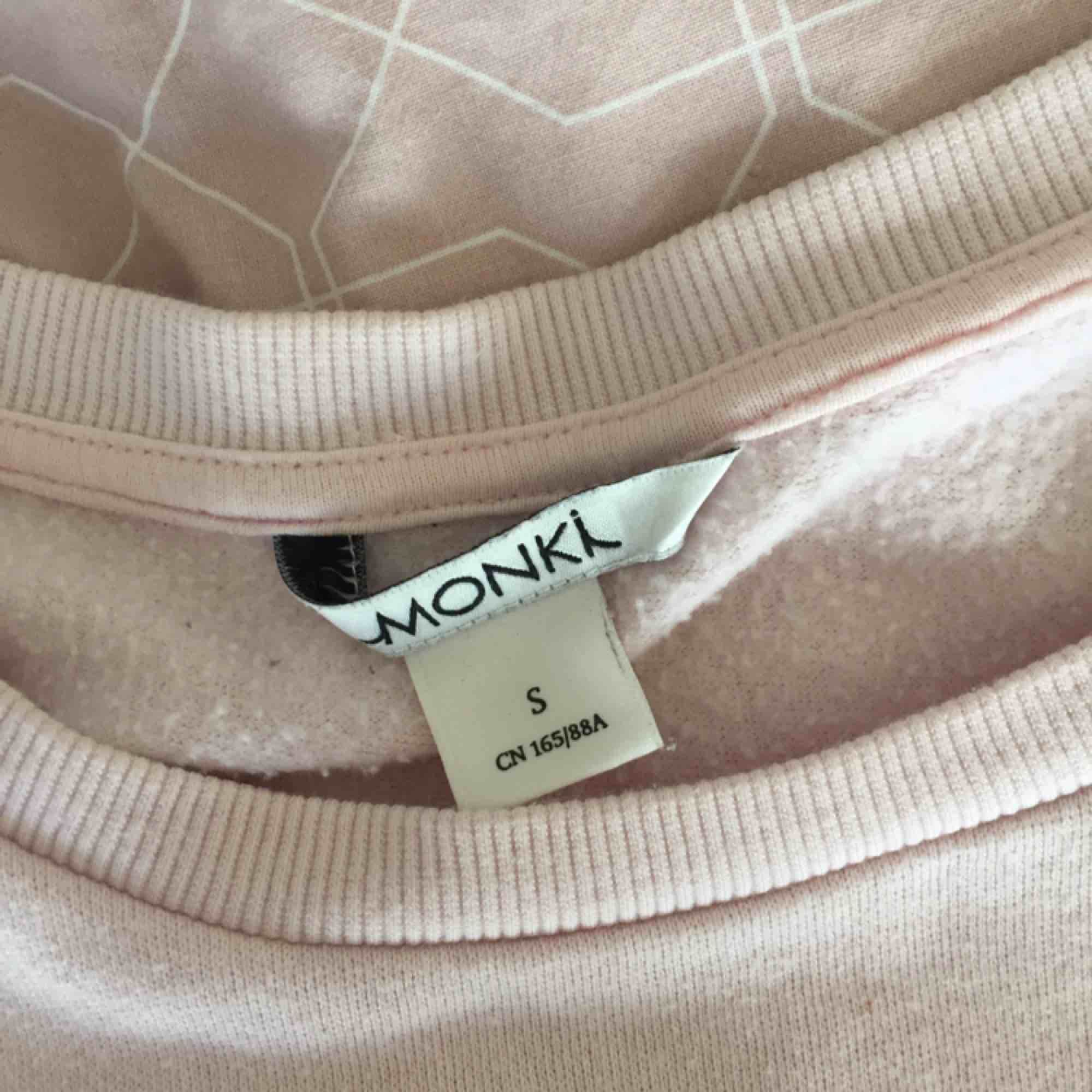 Ljusrosa tjockare tröja med vitt tryck, använd ett fåtal gånger . Tröjor & Koftor.