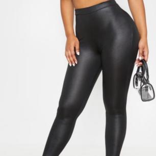 Så snygga, helt nya faux leather leggings med scrunch , strl 34. Prislapp är kvar. Beställt från Pretty Little thing men var tyvärr för små för mig