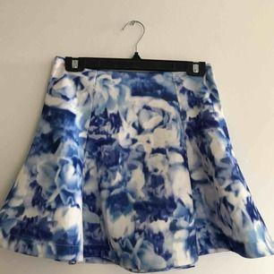Utsvängd kjol i scuba-material. Hög midja med dragkedja bak. Frakt tillkommer <3