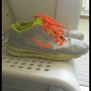 Skor / sneakers från Nike. Använt skick. Tvättade o fräscha. Frakt på 80 kr tillkommer , kan hämtas i Fridhemsplan i Stockholm