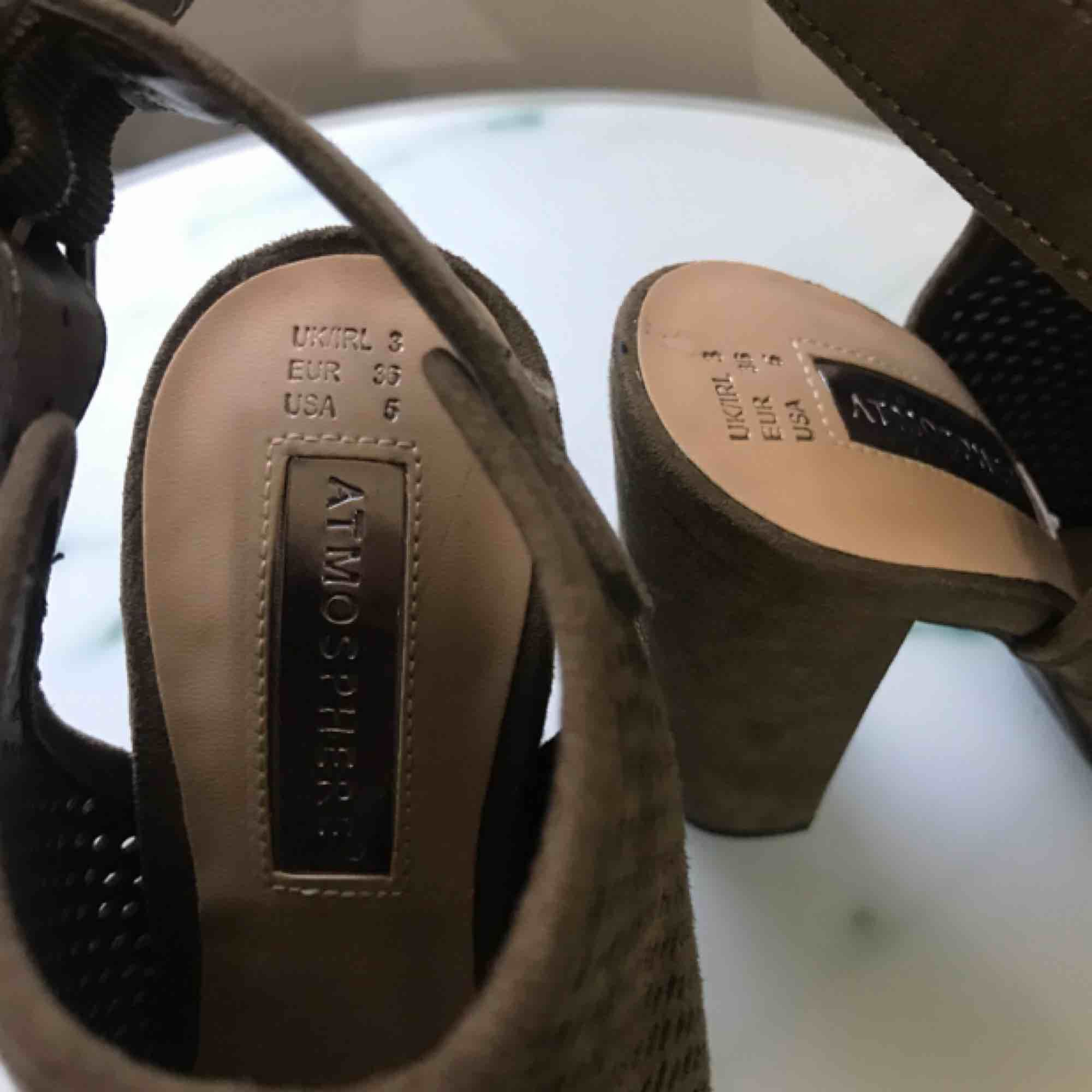 Klackar i storlek 36, mörkgrön färg nätliknande. Aldrig använda endast provade. Klacken är ca 10 cm. Köparen står för frakt💕. Skor.