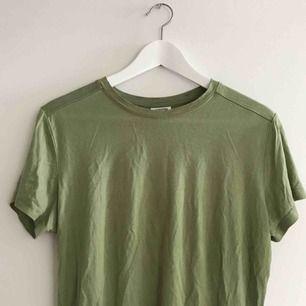 Skönaste t-shirten med ganska hög skärning vid halsen. Frakt tillkommer <3