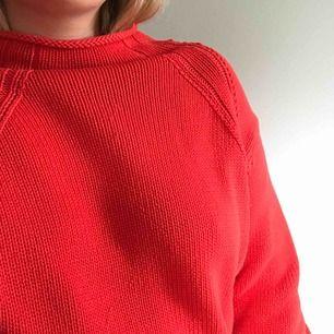 Stickad smultronröd tröja med lite halvpolo. Vida ärmar som smalnar av vid handlederna. Frakt tillkommer <3
