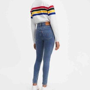 Dessa sköna jeansen från Levis, jätte stretchiga och höga i midjan