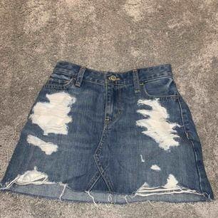 Denna kjol köpt i USA är ass snygg men har tyvärr blivit för liten för mig. Den är tajt i midjan vilket jag älskar! Kan jämföras med XS