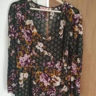 Fin långärmad mönstrad tunika/klänning i stl L från Indiskan. Inte riktigt min stil, använd en gång. Djur finns i hemmet. Kan skickas mot att köparen står för frakten.
