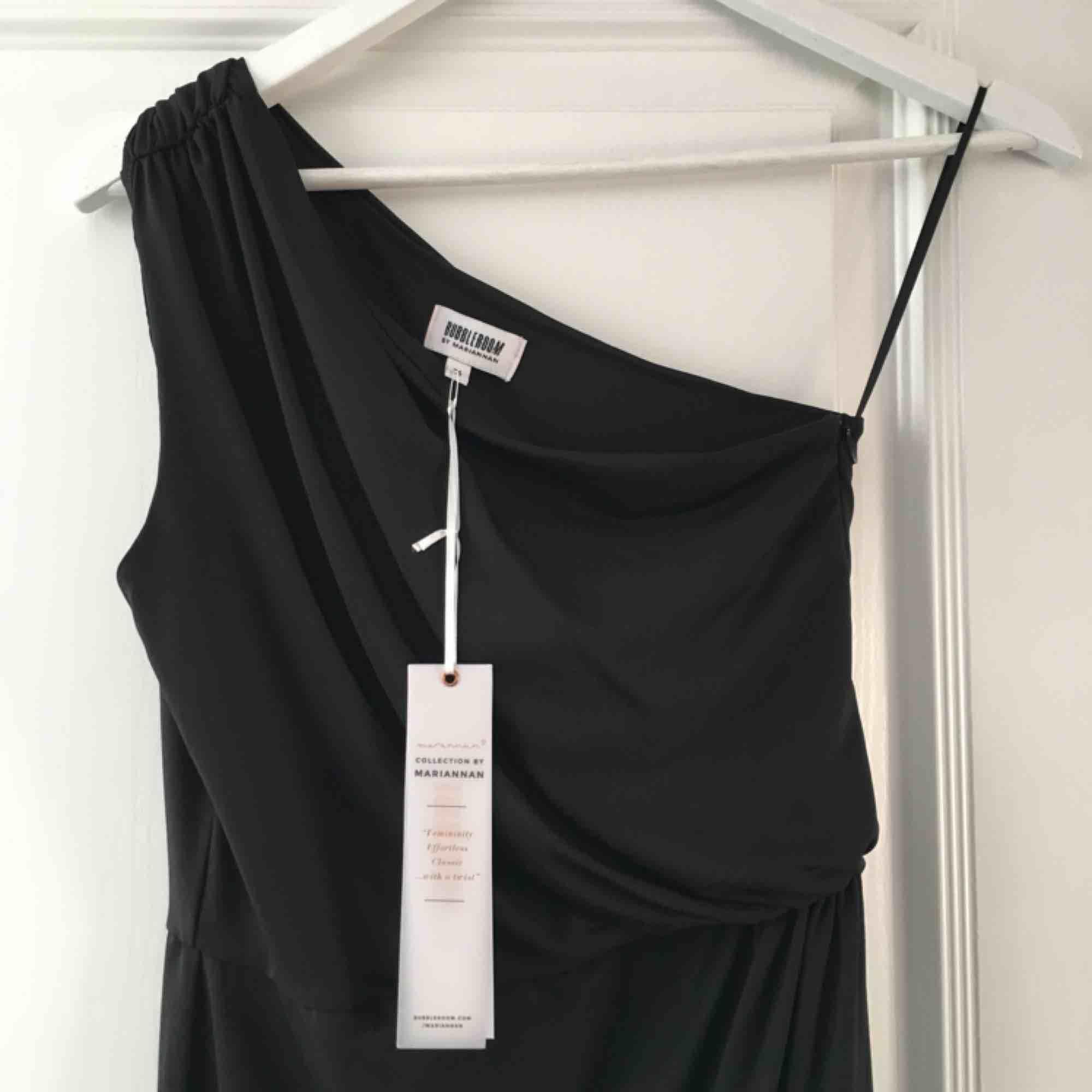 Sjukt snygg långklänning från bubbleroom , säljer då jag har en exakt likadan Storlek 36. Klänningar.