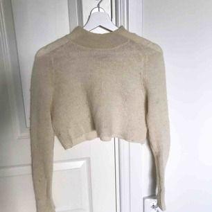 Hej! En beige tröja som är använd men fortfarande i bra skick.