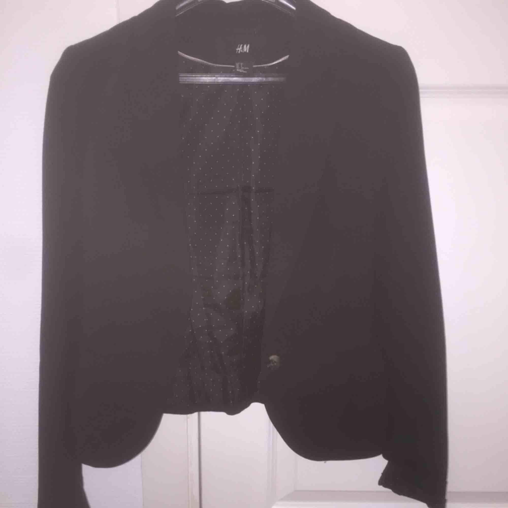Jag säljer en snygg basic-svart kavaj från H&M för 50 kr!!! Den börjar bli för liten för mig, varav jag säljer den. . Kostymer.