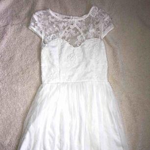Säljer min skolavslutnings klänning i mycket bra skick. Klänningen är vit och har en öppning i ryggen. Sitter väldigt skönt på, den sitter thigt upptill men löst nedtill. Klänningen kommer från Nelly.se och är drygt 3 månader gammal.