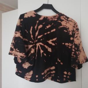 En tröja jag har köpt på secondhand hand och sedan blekt! Den är använd