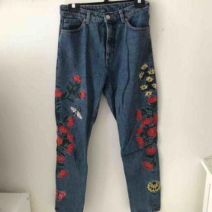 Blommiga jeans från Monkis modell Kimomo! Väldigt sparsamt använda. Toppen fina på kyligare sommardagar!  Köparen står för frakten ☘️